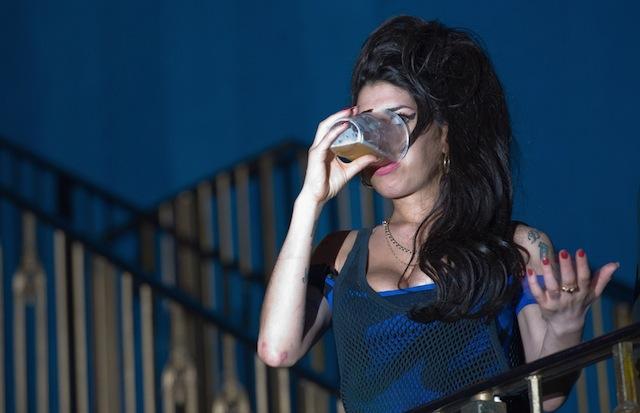 Amy Winehouse durante il concerto dei Libertines a Londra, 25 agosto 2010