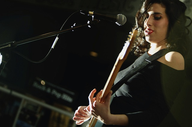 Amy Winehouse si esibisce all'HMV di Oxford Street a Londra, 15 gennaio 2004