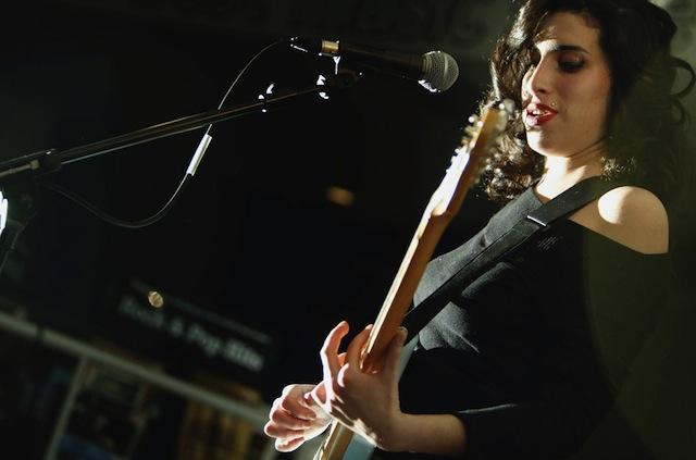 Amy Winehouse si esibisce all'HMV di Oxford Street a Londra, 15 gennaio 2004