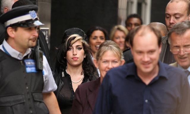 Amy Winehouse esce dal tribunale a Londra dopo essere stata giudicata non colpevole del'accusa di aver aggredito la ballerina Sherene Flash durante un ballo di beneficenza, 23 luglio 2009