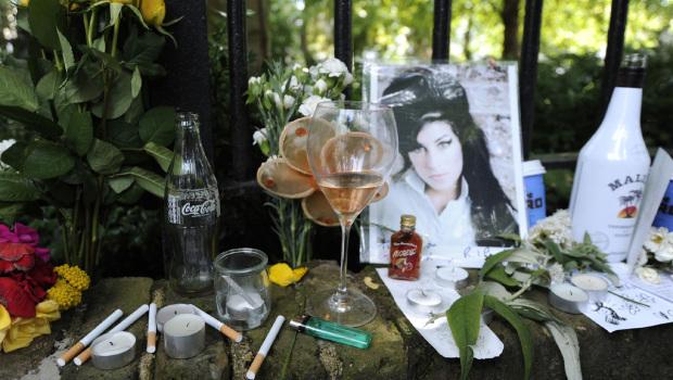 Fiori, bottiglie e sigarette lasciate davanti a casa di Amy, 24 Luglio 2011