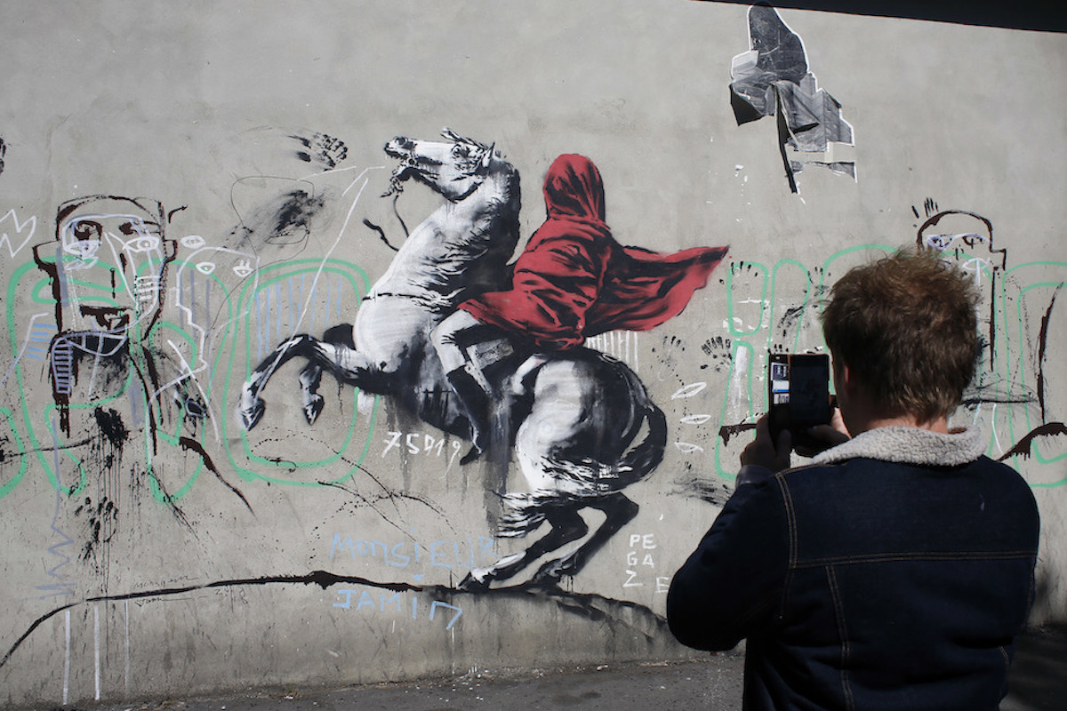 Banksy rivisita 'Napoleone che attraversa le alpi'