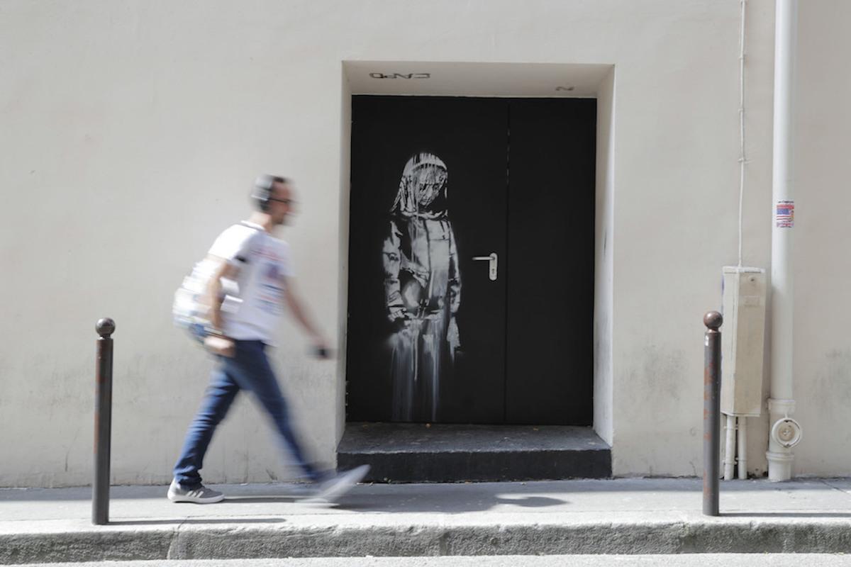 Parigi, il nuovo murale di Banksy realizzato vicino al Bataclan
