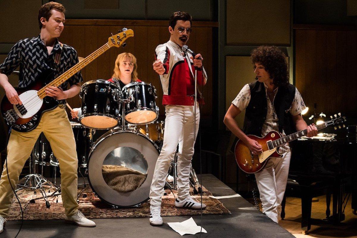 Joe Mazzello (John Deacon), Ben Hardy (Roger Taylor), Rami Malek (Freddie Mercury), e Gwilym Lee (Brian May) in 'Bohemian Rhapsody'. Photo Credit: Alex Bailey.