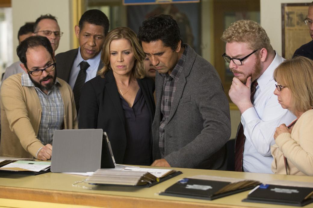 Scott Lawrence interpreta Art Costa, Kim Dickens è Madison e Cliff Curtis è Travis nel primo episodio di Fear the Walking Dead - Foto di Justin Lubin/AMC