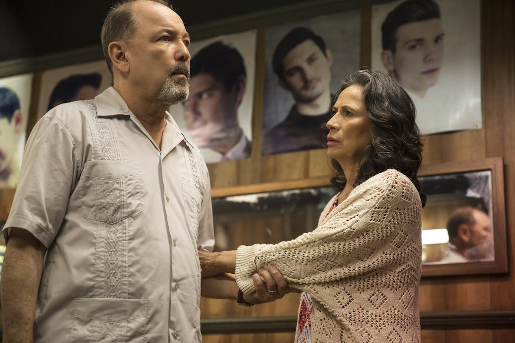 Ruben Blades interpreta Daniel Salazar e Patricia Reyes Spíndola è Griselda Salazar nel secondo episodio di Fear the Walking Dead - Foto di Justina Mintz/AMC