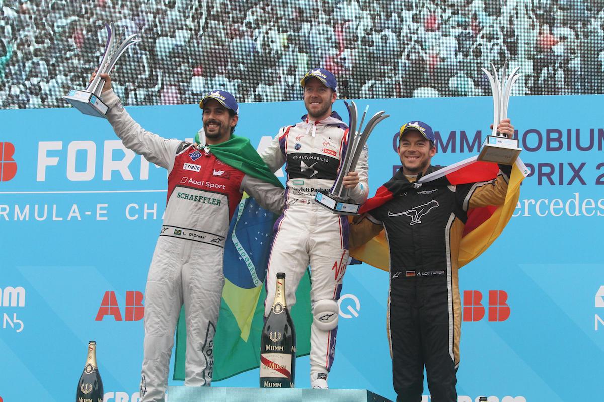 Il pilota vincitore della gara di Roma del 14 aprile, Sam Bird della DS Virgin (al centro) sul podio insieme al pilota di Audi Sport - ABT Schaeffle, il brasiliano Lucas di Grassi (arrivato secondo, sulla sinistra), terzo il pilota di Techeetah, il tedesco Andre Lotterer.