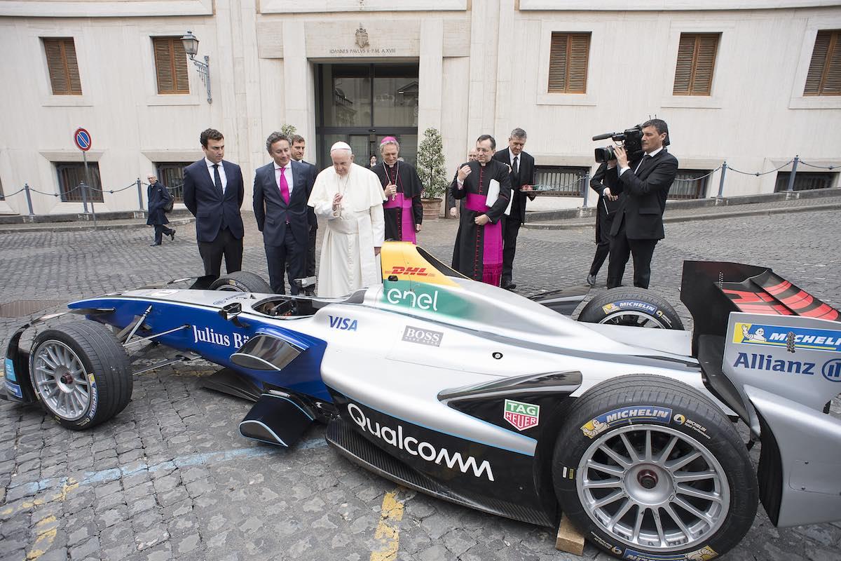 Papa Francesco e una monoposto Formula E