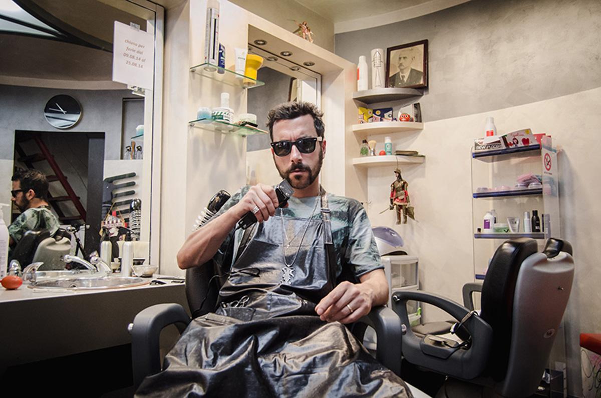 Il rapper salernitano Morfuoco ritratto nel suo salone di barbiere