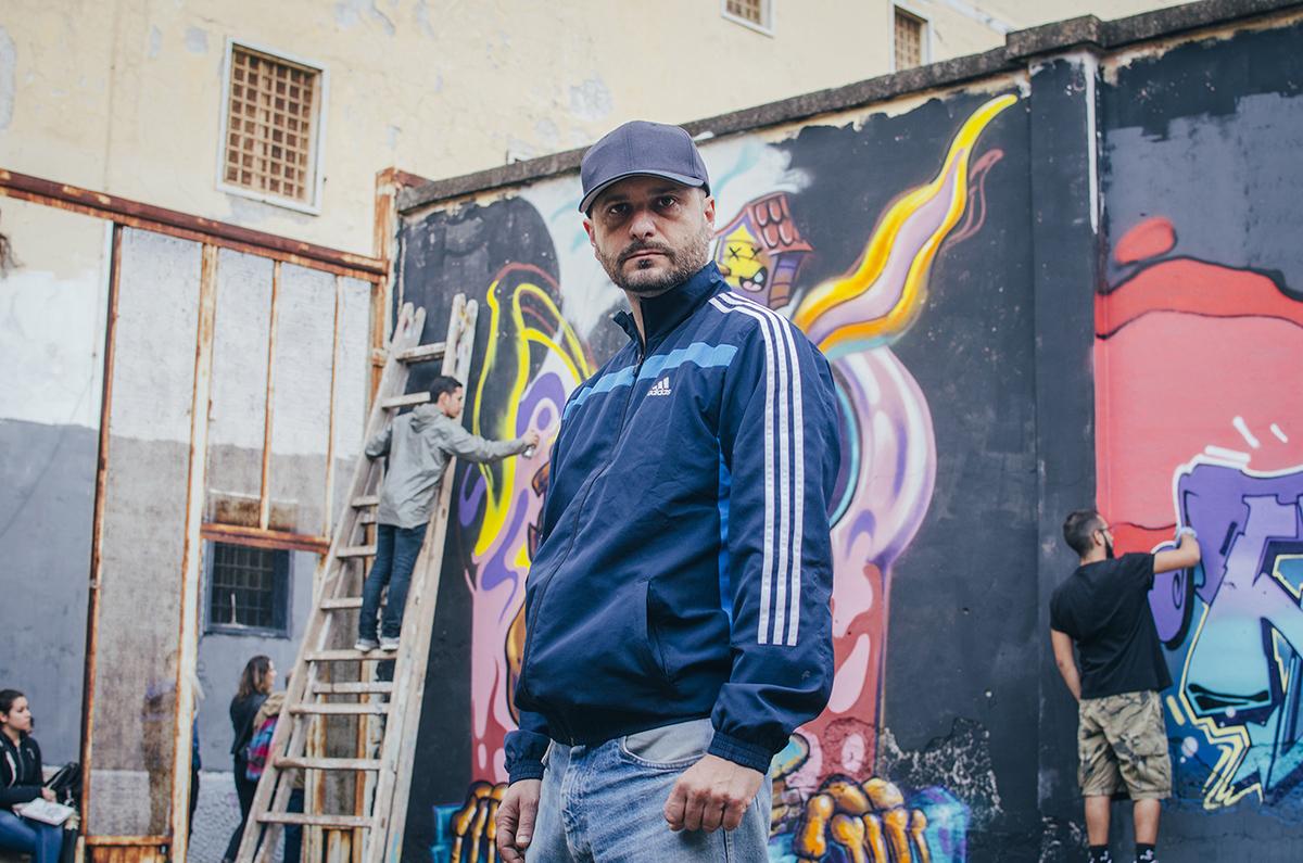 Lo storico rapper abruzzese Cuba Cabbal fotografato durante un block party all'Ex Opg di Napoli