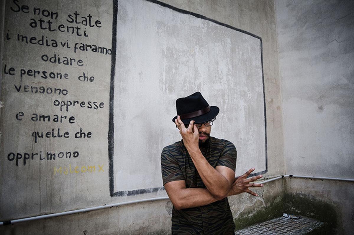"""Il rapper di Boston Mr Lif ritratto sul set del videoclip """"Cosmo"""" girato a Napoli con l'mc O'Zì"""