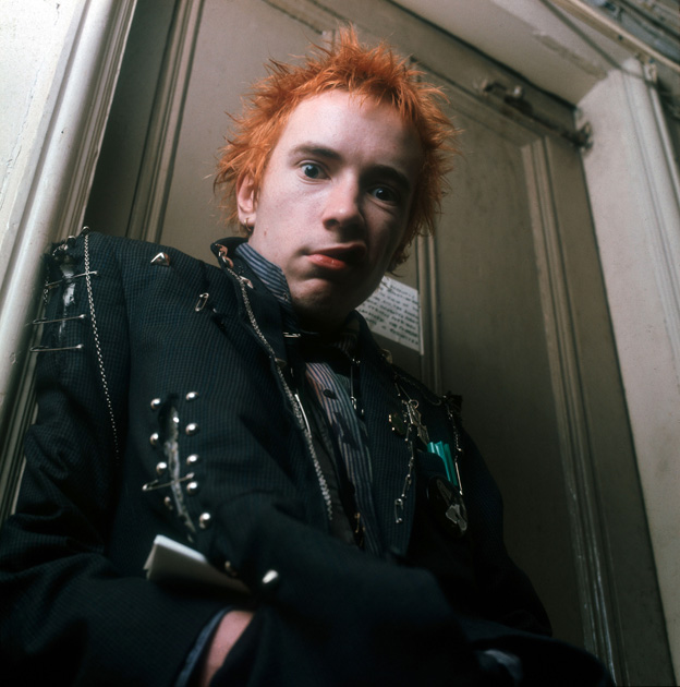 L\'icona del punk John Lydon in un famosissimo scatto del 1976 di Ray Stevenson | <a href=\'/cultura/foto-cultura/punk-chaos-to-couture-in-mostra-a-new-york/\'>Guarda la gallery</a>