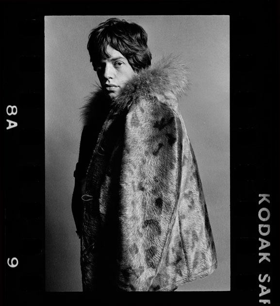 Mick Jagger nel 1964, in uno scatto inedito tratto dalla mostra \'The Stones and Their Scene\'di Eric Swayne | <a href=\'/cultura/foto-cultura/the-stones-and-their-scene-le-foto-di-eric-swayne-in-mostra-a-londra/\'>Guarda la gallery</a>