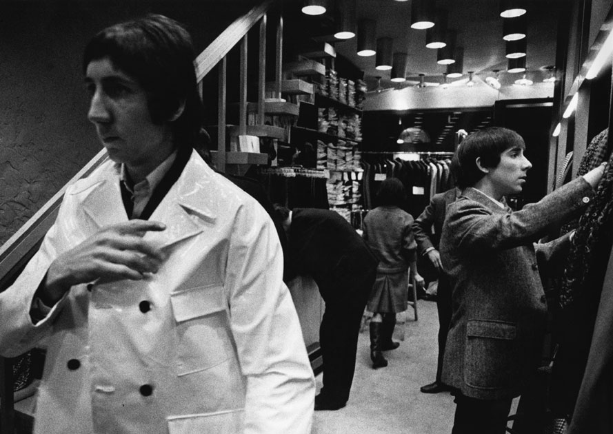 "Pete Townshend e Keith Moon mentre fanno shopping al 'Just Men', in Tryon Street a Londra, nel 1966: è una delle 50 foto, firmate Colin Jones, della mostra ""Fifty Years of The Who"" visibile alla Proud Galleries, dal 6 febbraio al 23 marzo 