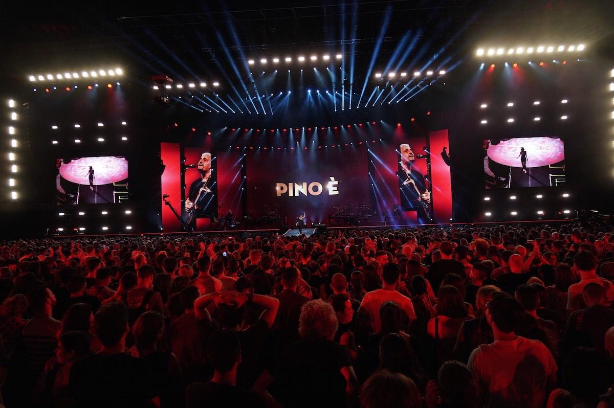 Il pubblico e il palco del San Paolo