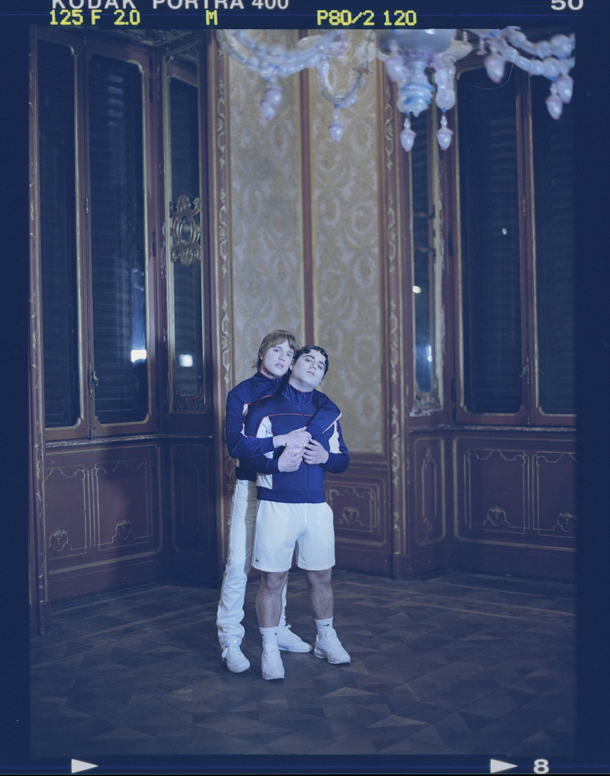 Sem & Stenn indossano le felpe Levi's Sportswear e 501 Jeans bianco.