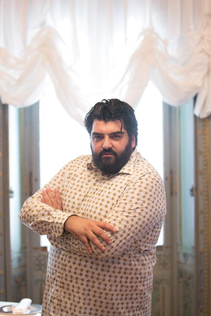 Antonino Cannavacciuolo con una camicia Xacus per il progetto #xacusgusto