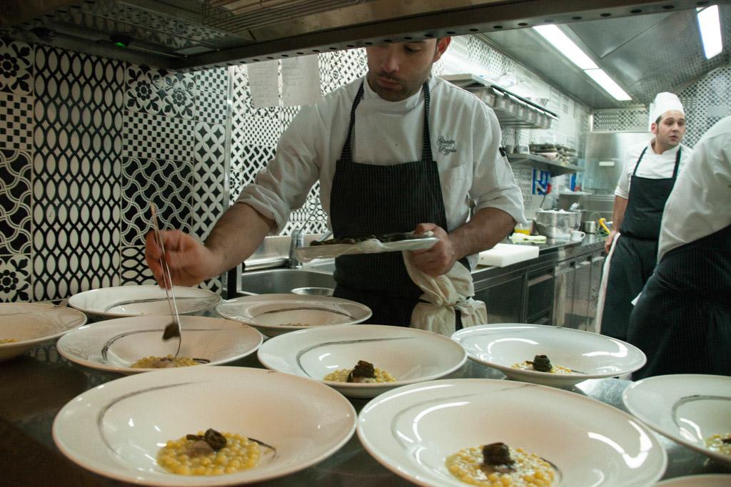 Antonino Cannavacciuolo nella cucina di Villa Crespi