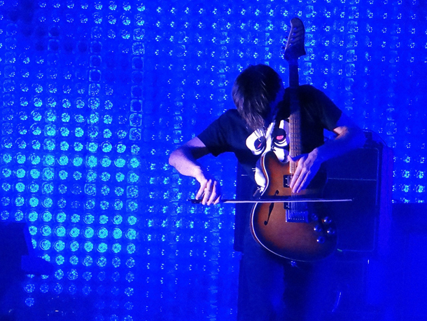 Jonny Greenwood in azione, Foto CC Daniele Dalledonne via Flickr