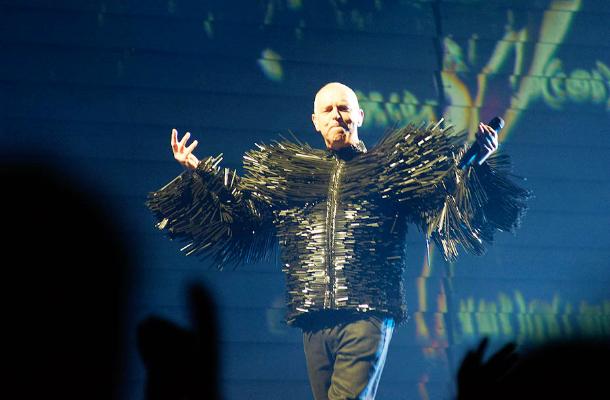 Neil Tennant dei Pet Shop Boys sul palco della O2 Arena a Londra, il 18 giugno 2013. (Foto Chiara Meattelli)