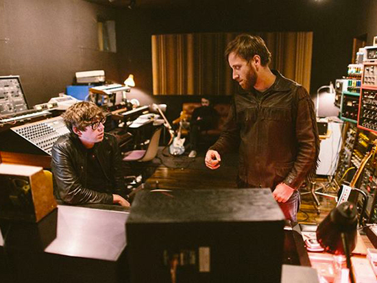 I Black Keys in studio di registrazione fotografati da Reid Long
