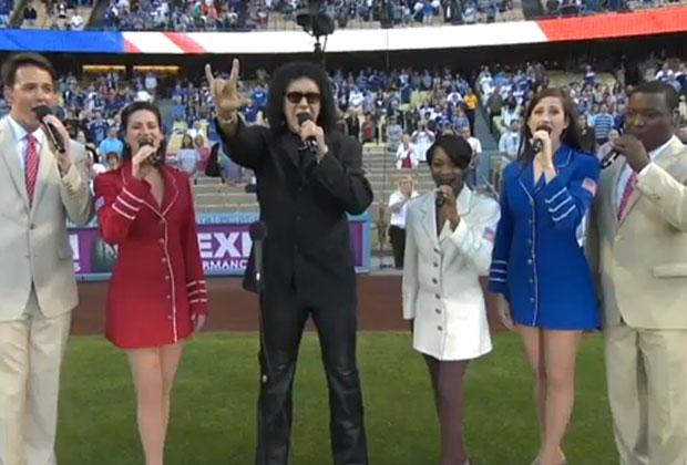 Gene Simmons canta l'inno nazionale americano