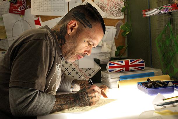 Lindsey Carmichael mentre disegna, foto di Marco Annunziata