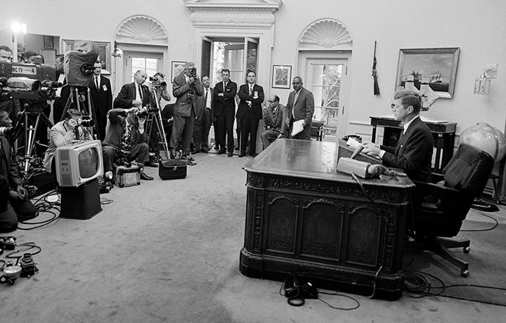 Il discorso alla nazione, in diretta radiofonica e televisiva, dove il presidente John F. Kennedy annuncia l'abolizione della segregazione nell'Università dell'Alabama. Washington, 11 Giugno 1963. © Cecil Stoughton / John F. Kennedy Presidential Library and Museum