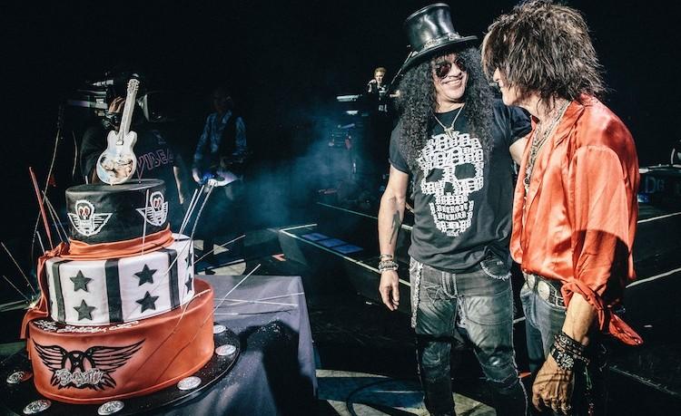 Slash regala a Joe Perry una torta con tanto di mini Les Paul. Ma è una storia più lunga. Ne leggete in questo articolo