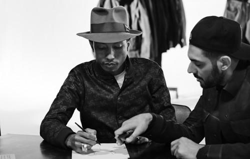 Pharrell Williams ina una foto di backstage della campagna G-Star RAW