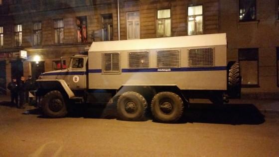 Il blindato della polizia fuori dal concerto dei Cannibal Corpse nella città russa di Nizhny Novgorod