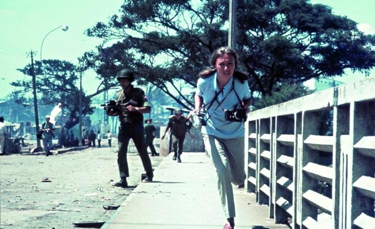 """Oriana Fallaci in Vietnam (collezione privata Oriana Fallaci). """"Mi accingevo a scattare una fotografia quando i Quyet Tu hanno preso a spararmi. Da dove, chissà. Ricordo solo il fischio delle pallottole e la voce di Felix nascosto sotto un carro armato: 'A terra! Buttati a terra!'"""", ricordò lei"""