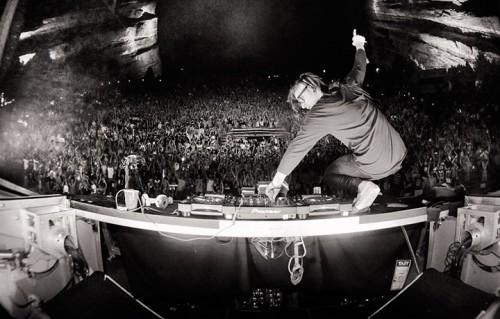 Un momento del live di Skrillex al Red Rocks, lo storico anfiteatro naturale a Morrison, Colorado (vicino a Denver)