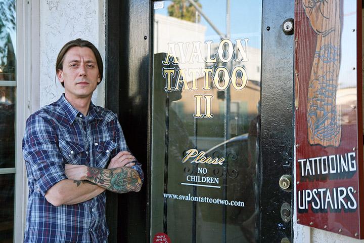 Alessio Ricci davanti all'ingresso di Avalon Tattoo 2