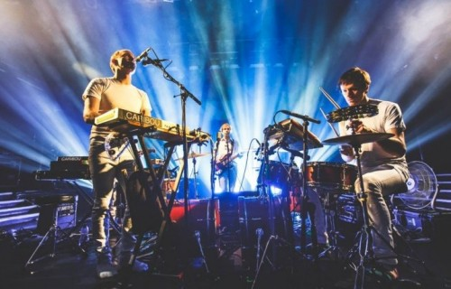 Il compositore canadese Caribou con i suoi musicisti. Suonerà venerdì 7 novembre al Club To Club Festival di Torino