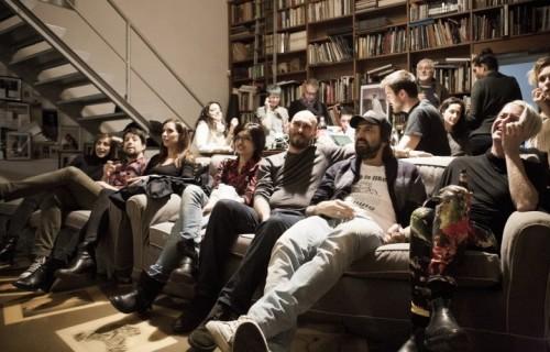 Da destra, Andy, Omar Pedrini e Nicolai Lilin guardano la puntata di X Factor 8 dal divano di Rolling (foto: Natasha Panattoni)