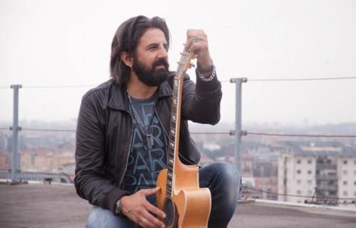 Omar Pedrini sul tetto della redazione di Rolling Stone a settembre