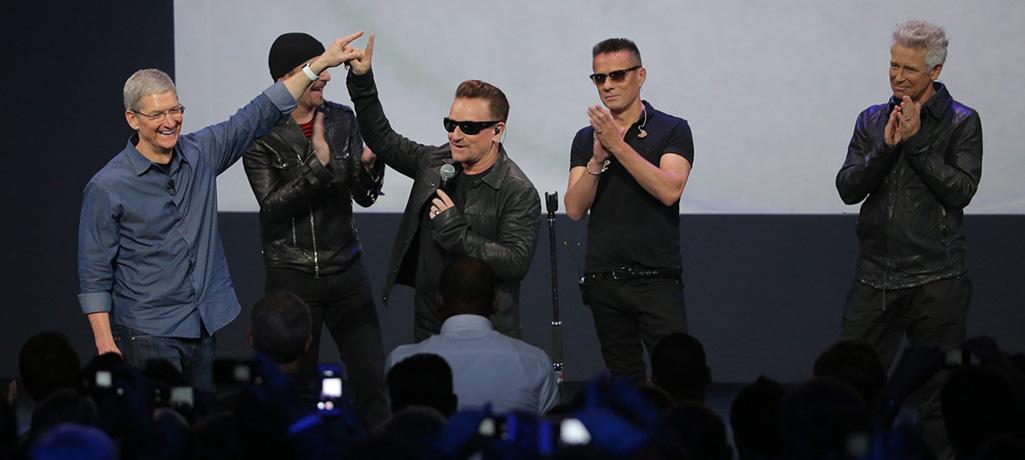Gli U2 al Keynote insieme a Tim Cook | Foto via Apple.com