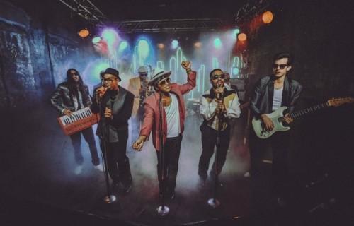 """Bruno Mars (al centro) canta """"Uptown Funk"""", accompagnato dagli Hooligans e da Mark Ronson (a destra). È il singolo che ha aperto la strada al disco di Ronson, tra i più attesi di inizio 2015"""