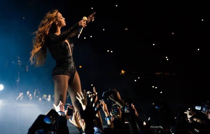 Beyoncé durante il suo On the Run Tour, che le ha fatto guadagnare oltre 100 milioni di dollari