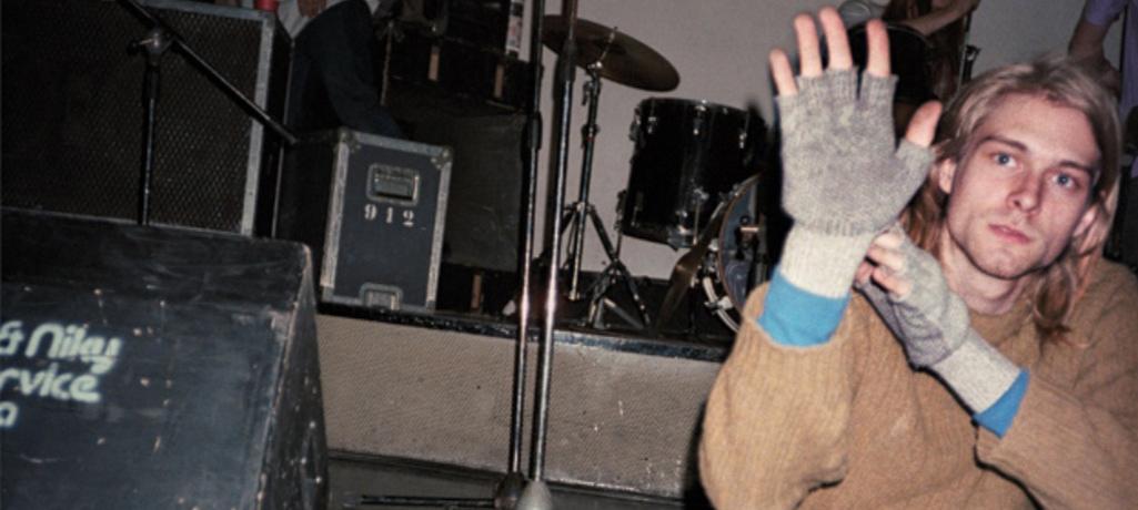 """Kurt nel backstage del Piper; una sosta durante il soundcheck prima del concerto. Foto estratta da """"In viaggio coi Nirvana. Il grunge in Europa 1989"""" © Bruce Pavitt"""