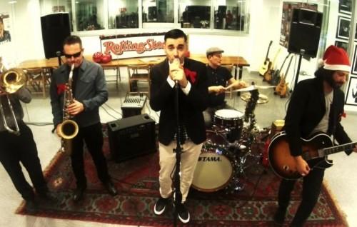 Uno screenshot del video di Natale dei Bluebeaters alla Rolling Stone Tower