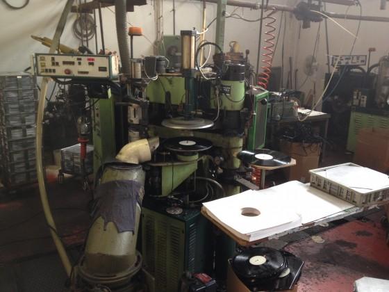 La pressa che stampa i vinili a Phono Press (Settala, vicino a Milano). Foto: Lorenzo Barbieri