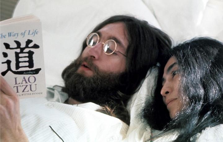 John Lennon e Yoko Ono leggono il filosofo cinese Lao Tzu a letto nel Queen Elizabeth Hotel.