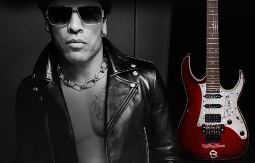 Lenny Kravitz e la chitarra che ha autografato per Rolling Stone e R101