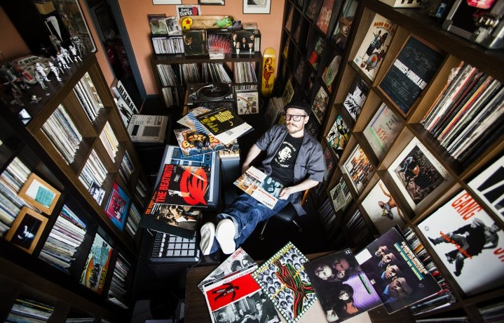 """Ollie Teeba, del duo inglese The Herbaliser, e la sua collezione di vinili. È una delle foto del libro """"Dust & Groove"""", di Eilon Paz. Ve ne abbiamo parlato nel numero di Rolling Stone di novembre (foto: Eilon Paz)"""
