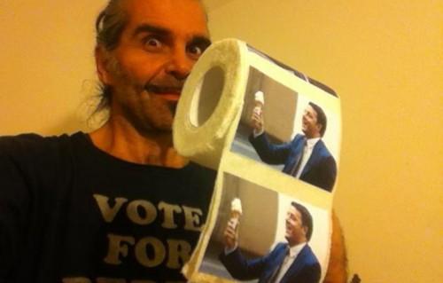 Piero Pelu, 52 anni, posa con la carta igienica con la foto del Presidente del Consiglio, Matteo Renzi