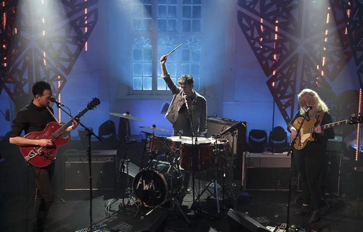 Gli All We Are sul palco della St. James Church di Dingle
