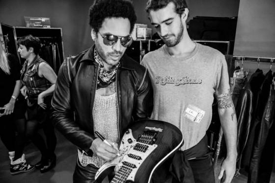 Lenny Kravitz firma la chitarra messa in palio