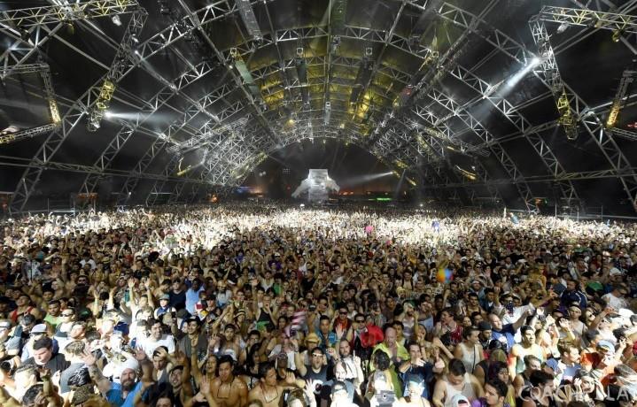 Un momento del Coachella Festival 2014 nella Sahara Tent, il tendone dedicato alla musica elettronica